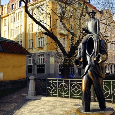 c_480_480_16777215_00_images_tours_prague-franz-kafka-statue.jpg